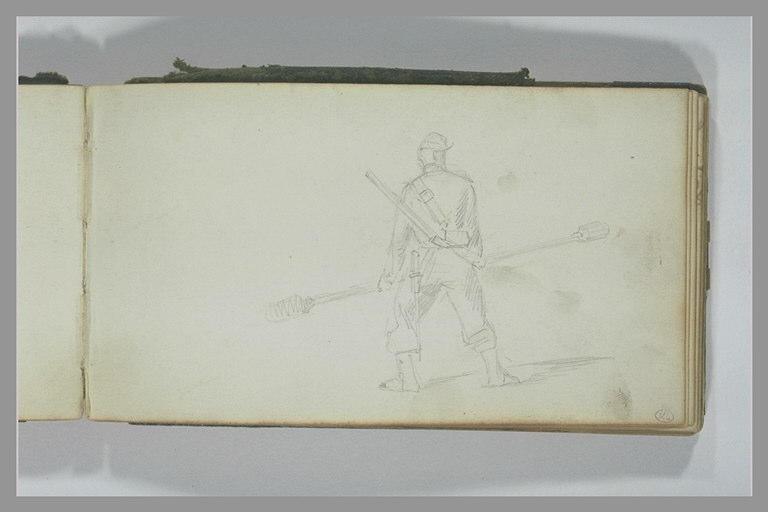 Soldat, vu de dos, portant un écouvillon