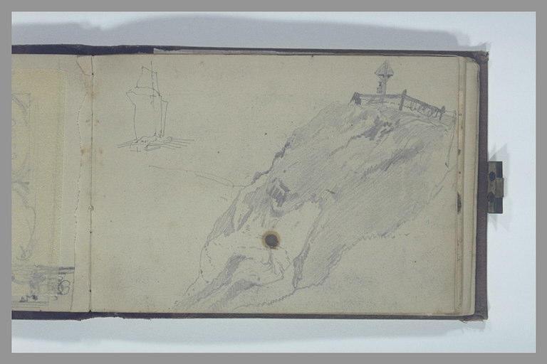 Signal et fanal sur un escarpement rocheux avec un voilier au loin_0
