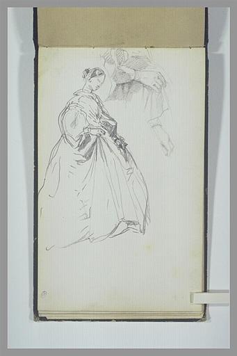 Femme en robe longue, de trois quarts vers la droite ; reprise de ses mains
