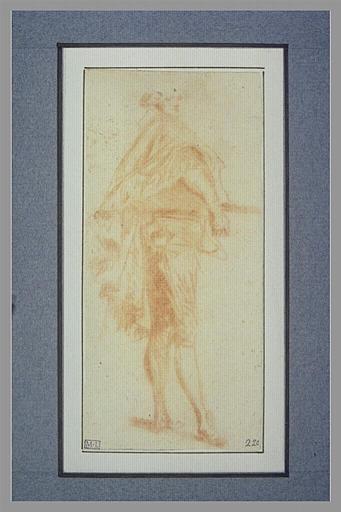 anonyme : Homme debout, de profil vers la droite, tenant un objet sous son bras droit