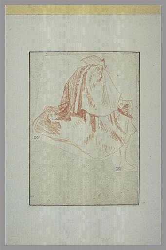 Homme vêtu d'une cape, assis, vu de dos