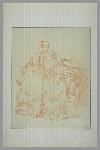 Femme, assise, tenant un masque de sa main droite