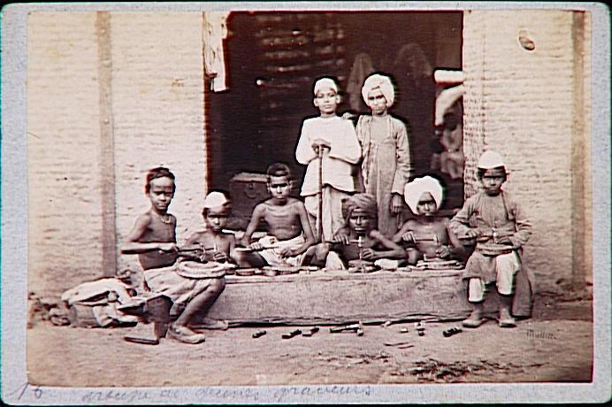 Groupe de jeunes graveurs indiens
