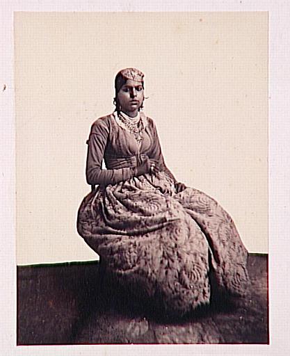 Jeune femme orientale assise_0