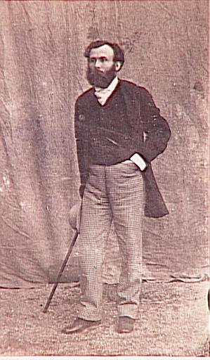 Gustave Moreau debout, appuyant de la main droite sur sa canne