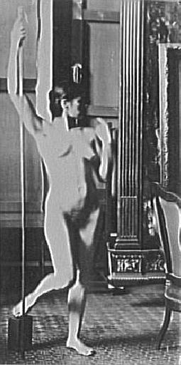 Modèle féminin debout dans l'atelier de Gustave Moreau_0