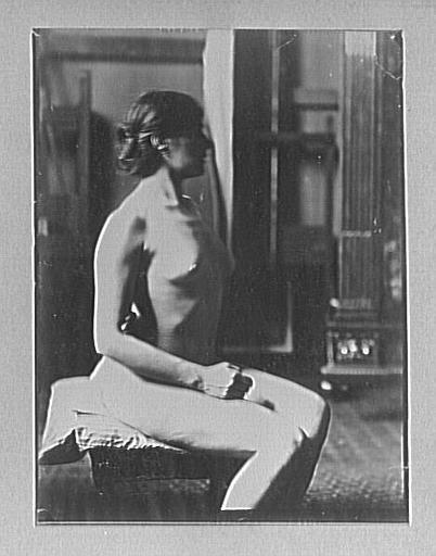 Modèle féminin assise dans l'atelier de Gustave Moreau_0