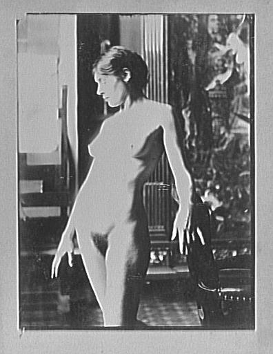 Modèle féminin debout dans l'atelier de Gustave Moreau