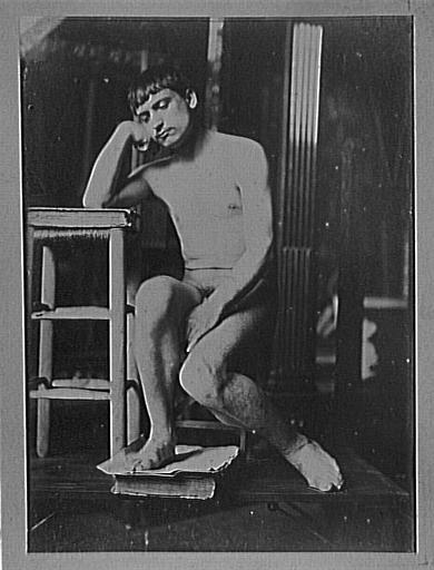 Modèle masculin dans l'atelier de Gustave Moreau : pose du Poète voyageur_0
