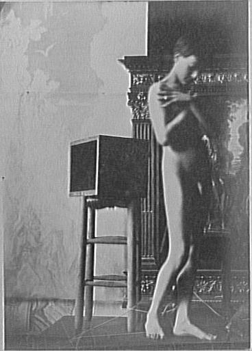 Modèle masculin dans l'atelier de Gustave Moreau : pose les bras croisés