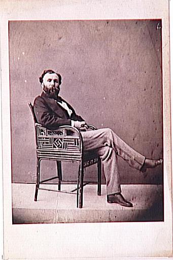 Portrait de Gustave Moreau assis dans un fauteuil en bambou_0