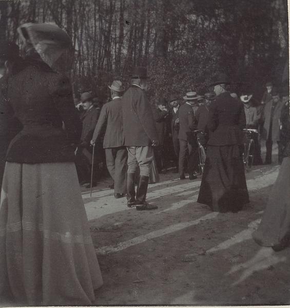 Robert d'Orléans duc de Chartres (1840-1910) et son épouse la duchesse de Chartres à un rendez-vous de chasse en Chantilly_0