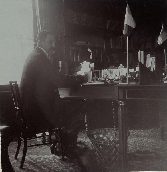 Portrait d'homme assis dans un bureau