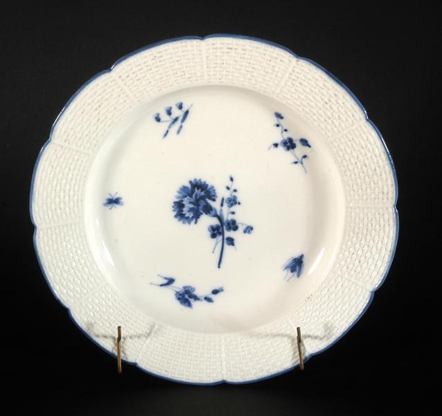 Assiette à bords contournés à décor camaïeu bleu au centre d'un oeillet et fleurettes_0