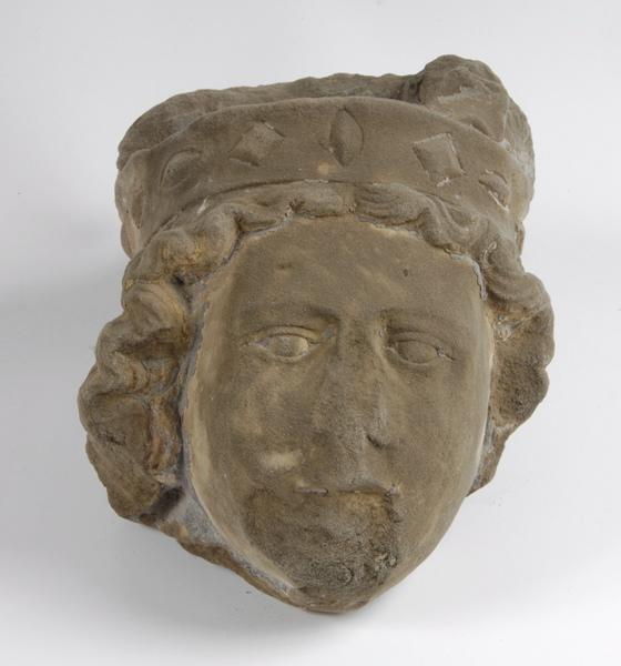 statue (fragment) : Tête d'homme couronné (titre factice)