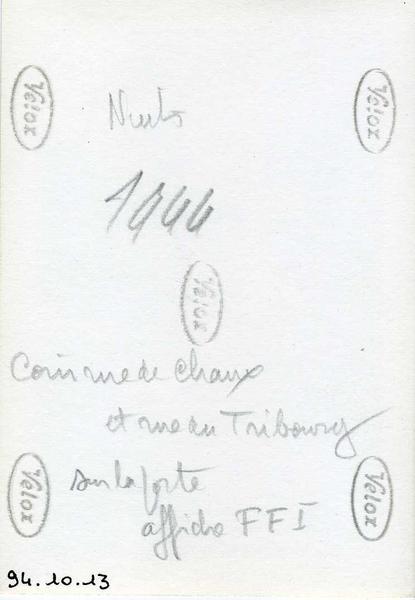 anonyme (photographe) : Nuits / 1944 / Coin rue de Chaux / et rue du Tribourg / Sur la porte / affiche FFI (titre inscrit)