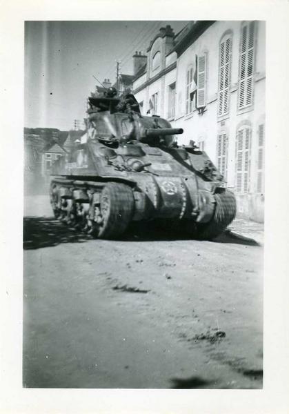 anonyme (photographe) : Nuits / 1944 / devant Mon Labouré-Roi / rue Thurot. (titre inscrit)
