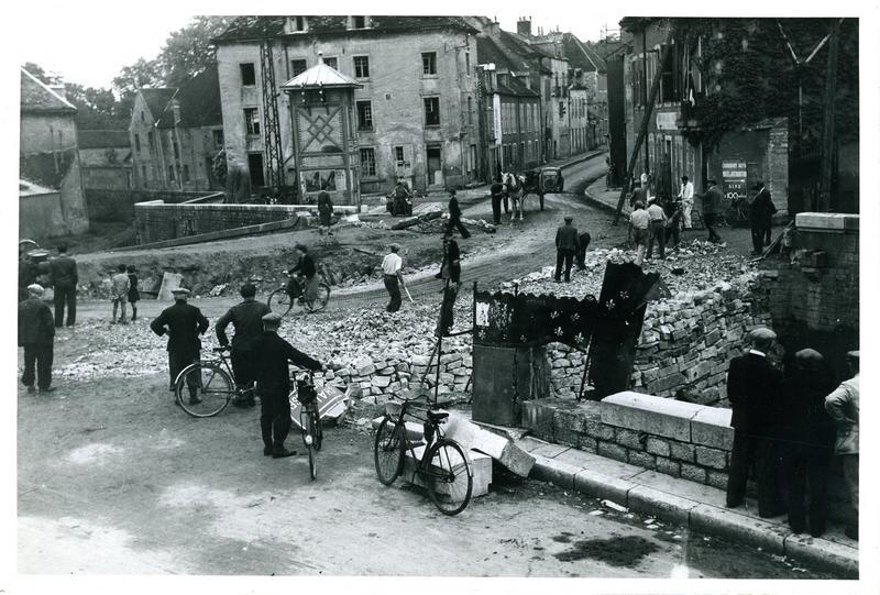 1944 / La circulation est rétablie grâce / au remblai du Meuzin (titre inscrit)_0