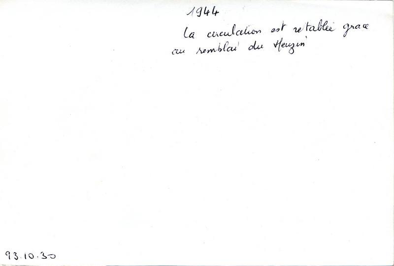 anonyme (photographe) : 1944 / La circulation est rétablie grâce / au remblai du Meuzin (titre inscrit)