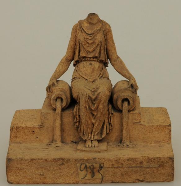 DUMONT Jacques Edme (sculpteur) : Projet de fontaine : femme drapée assise entre deux urnes