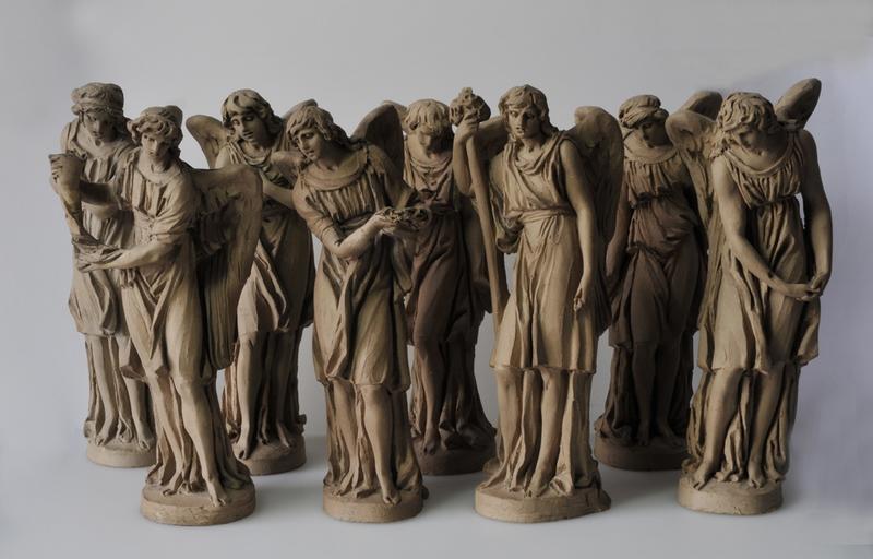 Maquettes des huit anges destinés à couronner le dernier étage circulaire des tours de la façade de la cathédrale Sainte-Croix d'Orléans