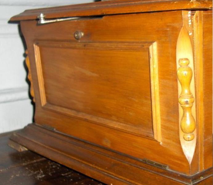 Phonographe à pavillon (élément), porte_0
