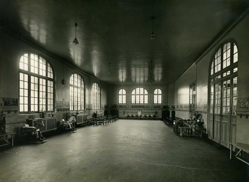 CADE Paul (photographe), PRITANIA PHOTO : Ecole maternelle Edouard Vaillant de la cité-jardins - Vue intérieure du préau (Titre fictif)