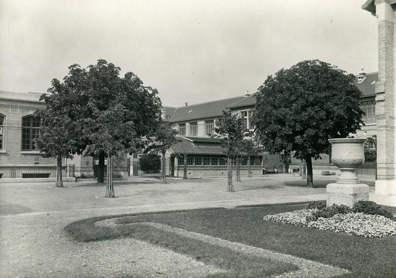 anonyme : Ecole primaire Edouard Vaillant de la cité-jardins - Cour intérieure (Titre fictif)