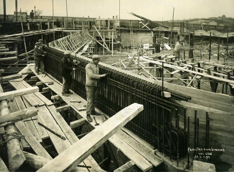 STUDIO CHEVOJON (photographe) : Vue de la cité-jardins en construction - Bâtiment des familles nombreuses (Titre fictif)