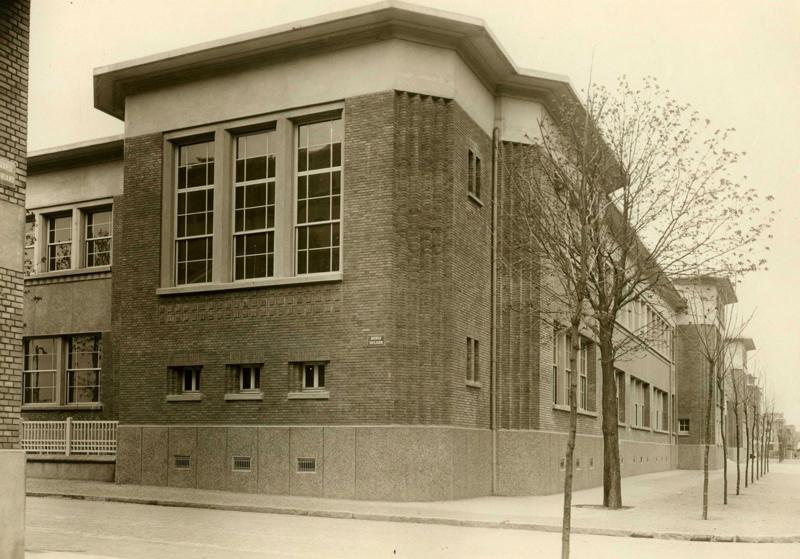 anonyme : Ecole primaire Aristide Briand de la cité-jardins - Façade à l'angle de l'avenue Wilson et du boulevard Aristide Briand (Titre fictif)