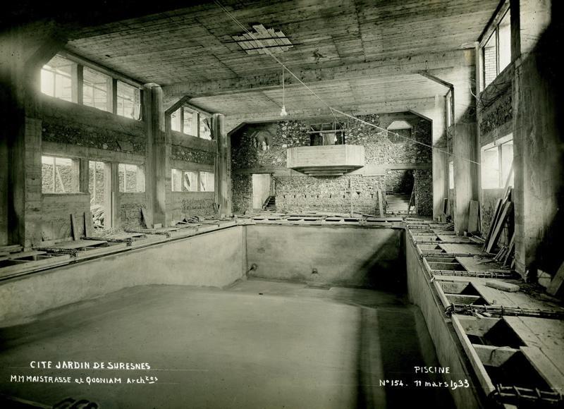 STUDIO CHEVOJON (photographe) : Ecole primaire Aristide Briand de la cité-jardins - Vue intérieure de la piscine en construction (Titre fictif)