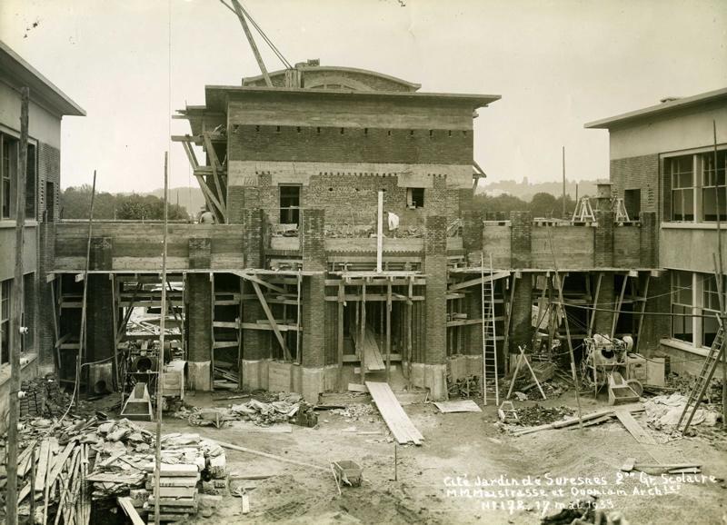 STUDIO CHEVOJON (photographe) : Ecole primaire Aristide Briand de la cité-jardins - Piscine et gymnase en construction (Titre fictif)