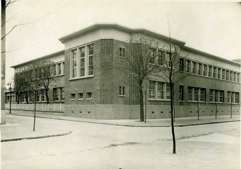 anonyme : Ecole primaire Aristide Briand de la cité-jardins - Façade à l'angle de l'avenue Wilson et du boulevard Briand (Titre fictif)