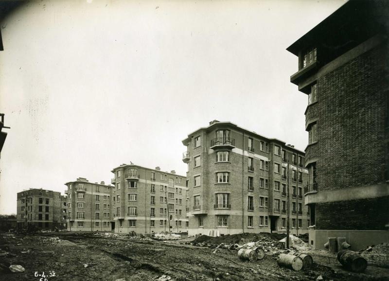 Vue de la cité-jardins en construction - Immeubles collectifs (Titre fictif)
