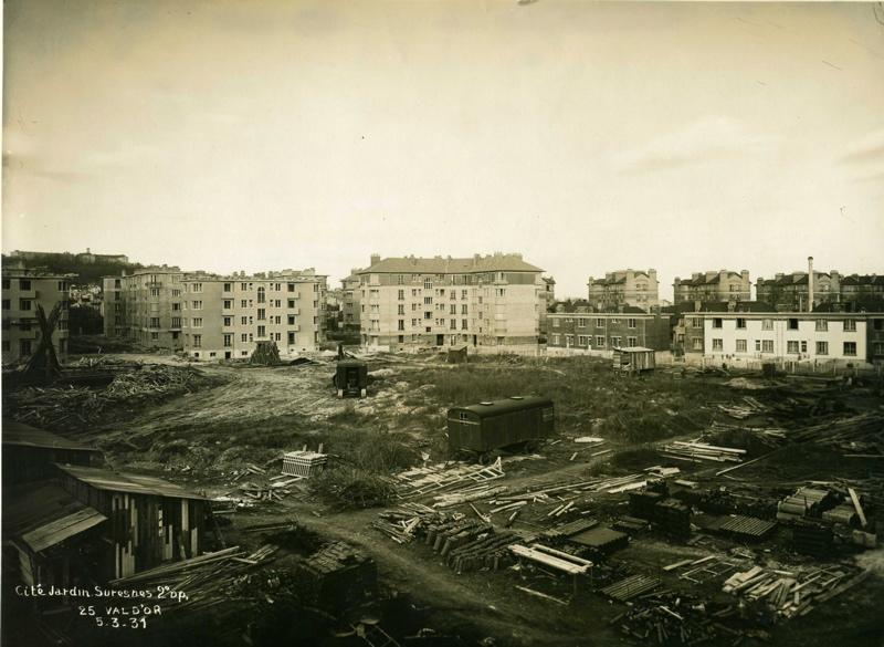STUDIO CHEVOJON (photographe) : Vue de la cité-jardins en construction - Immeubles collectifs et pavillons (Titre fictif)