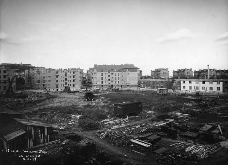 Vue de la cité-jardins en construction - Immeubles collectifs et pavillons (Titre fictif)_0
