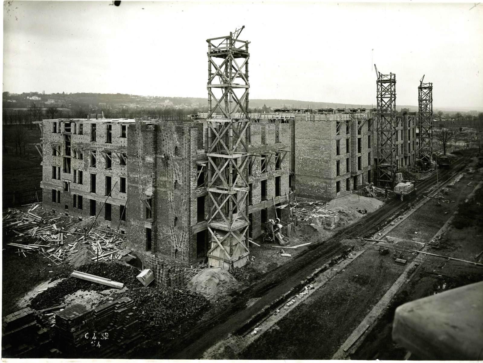 STUDIO CHEVOJON (photographe) : Vue de la cité-jardins en construction - Immeubles collectifs (Titre fictif)