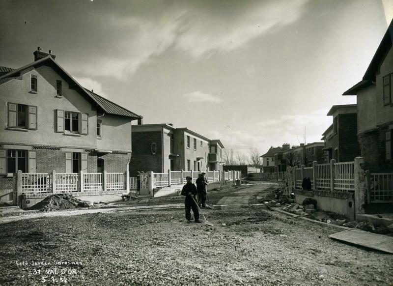 STUDIO CHEVOJON (photographe) : Vue de la cité-jardins en construction - Pavillons individuels (Titre fictif)