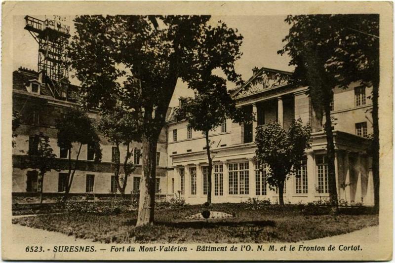 anonyme : Suresnes - Fort du Mont-Valérien - Bâtiment de l'O. N. M. et le Fronton de Cortot