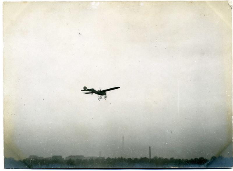 Monoplan Blériot à deux personnes en vol_0