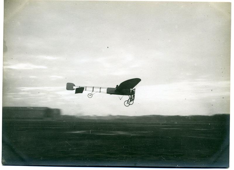anonyme (photographe) : Vol d'un avion Blériot