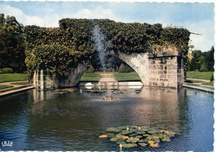 Soissons - Arche reconstituée de l'ancine pont Saint-Waast (XIIIe s.) et parc Saint-Crépin_0