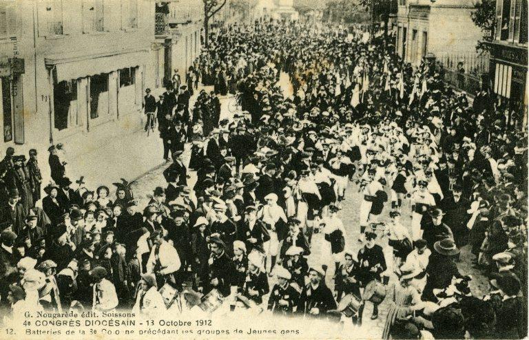 Soissons - Congrés diocésain - 13 octobre 1912 - Batteries de la 8e colonne précédant les groupes de jeunes gens_0