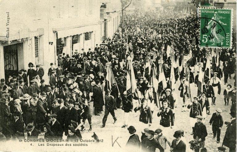 Soissons - Congrés diocésain - 13 octobre 1912 - Les drapeaux des sociétés_0