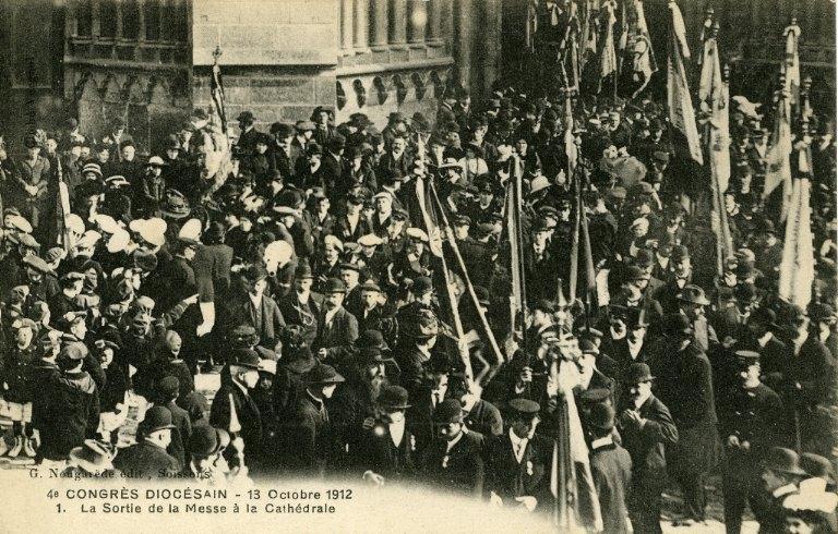 Soissons - Congrés diocésain - 13 octobre 1912 - La sortie de la messe à la cathédrale_0