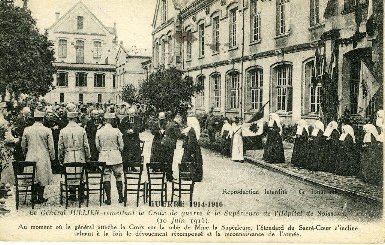 Soissons - Guerre 1914-1916 - Le général Julien remettant la Croix de guerre à la supérieure de l'hôpital de Soissons_0