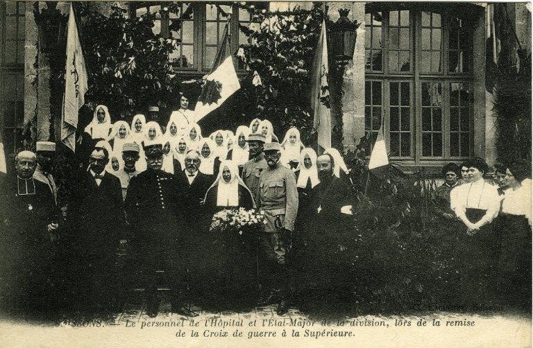 Soissons -Le personnel de l'hôpital et l'Etat Major de la division, lors de la remise de la Croix de guerre à la Supérieure_0