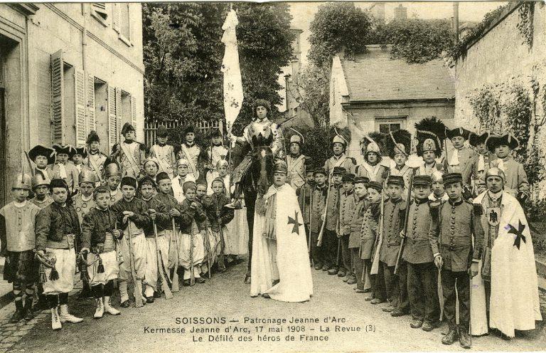 Soissons - Patronage 'Jeanne d'Arc' - Kermesse Jeanne d'Arc - La revue - Le défilé des héros de France_0