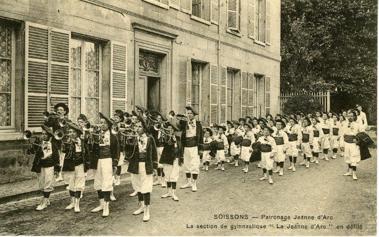 Soissons - Patronage 'Jeanne d'Arc' - La section de gymnastique 'la Jeanne d'Arc' en défilé_0