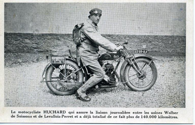 Le motocycliste Huchard qui assure la liaison journalière entre les usines Wolber de Soissons et de Levallois-Perret et a déja totalisé de ce fait plus de 140000 kilomètres_0